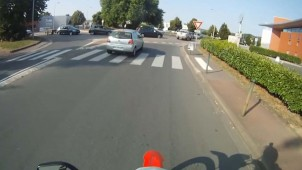 video motard remonte une file de voitures